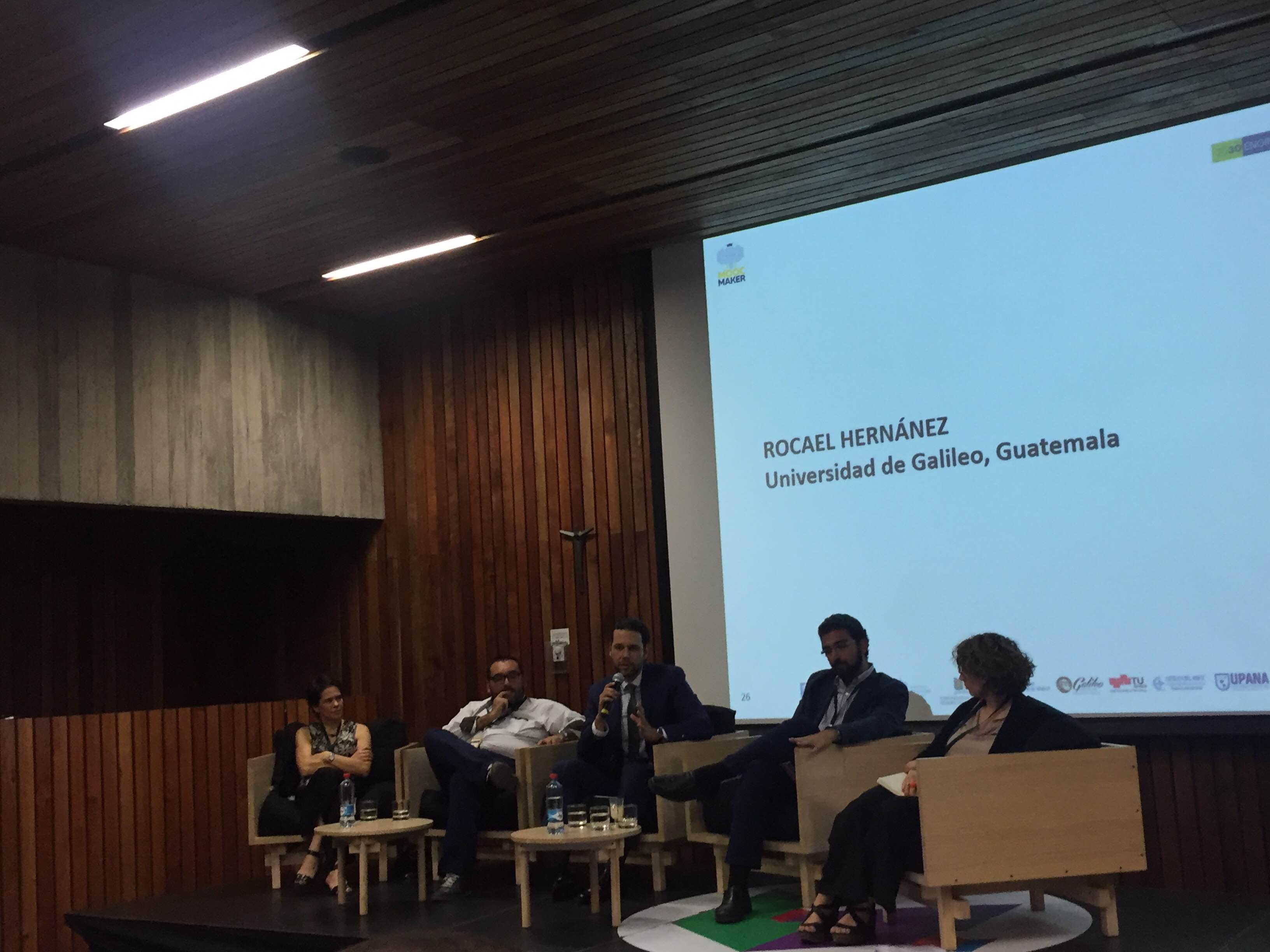 """Panelistas de mesa redonda redonda """"MOOCs como transformadores de la Educación Superior""""."""